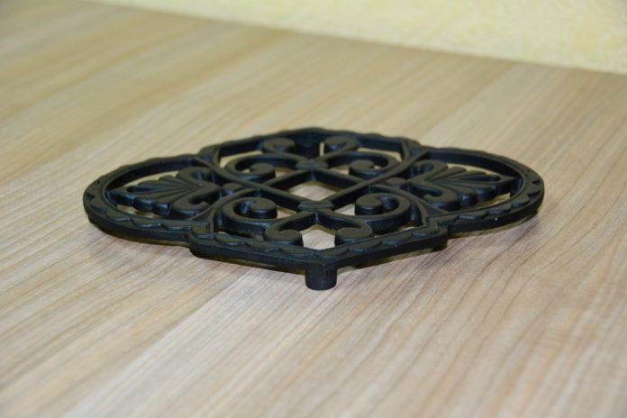 Чугунная подставка под горячее – украшение кухонного стола